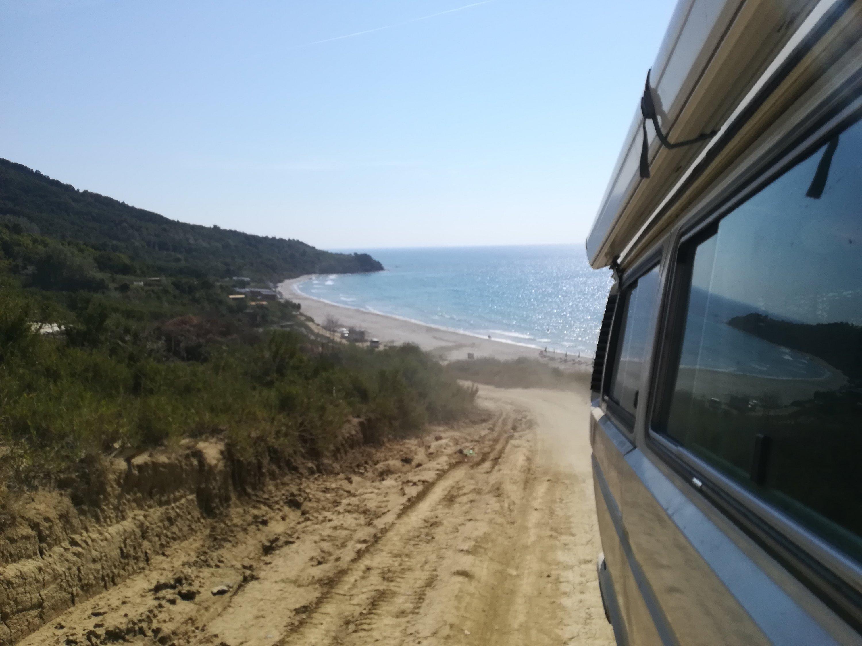 Straße zum Strand in Albanien