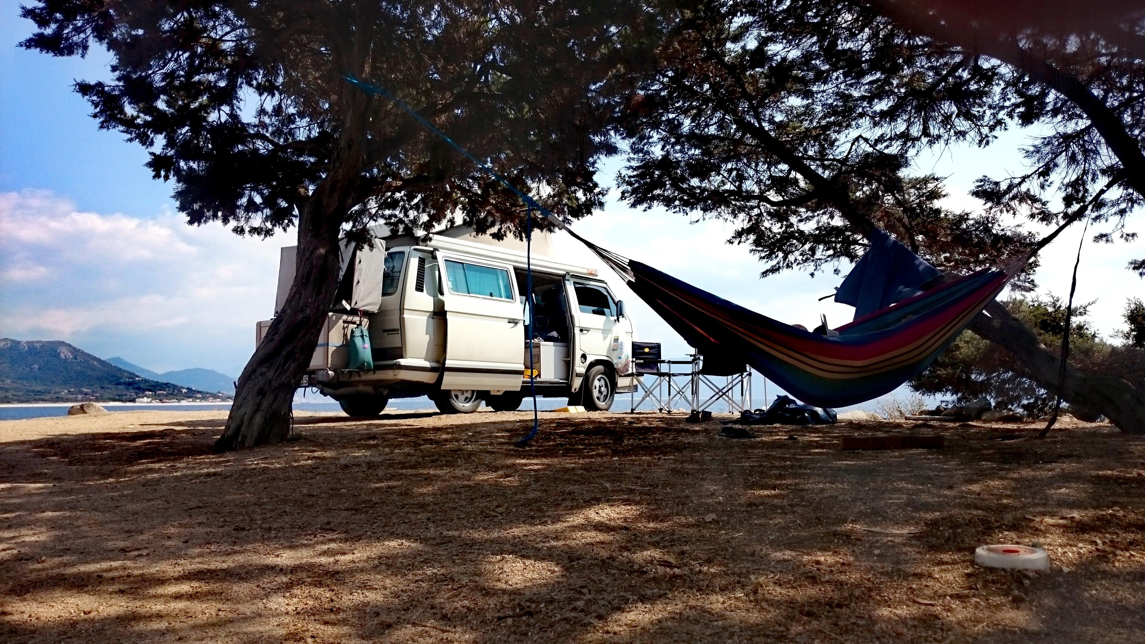 Hängematte und VW Bus am U Caseddu Campingplatz