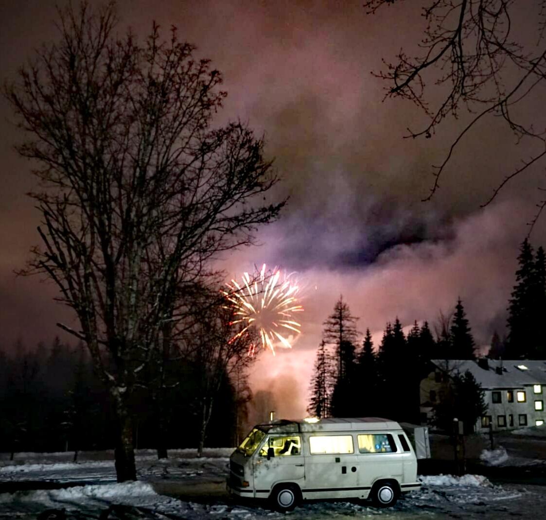 Wintercamping im VW Bus – Silvester in den Bergen