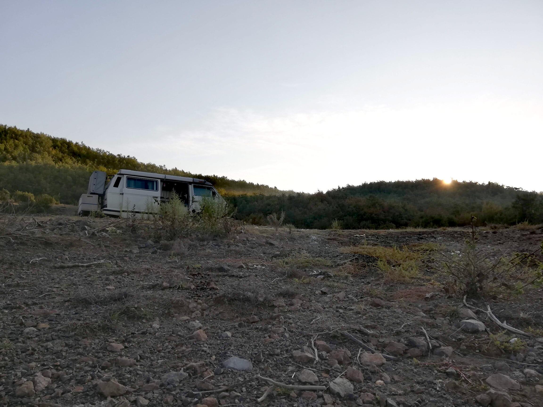 """<img src=""""/wild-campen-albanien.jpg"""" alt=""""Campen mitten in der Natur in einem einsamen Flussbett"""">"""