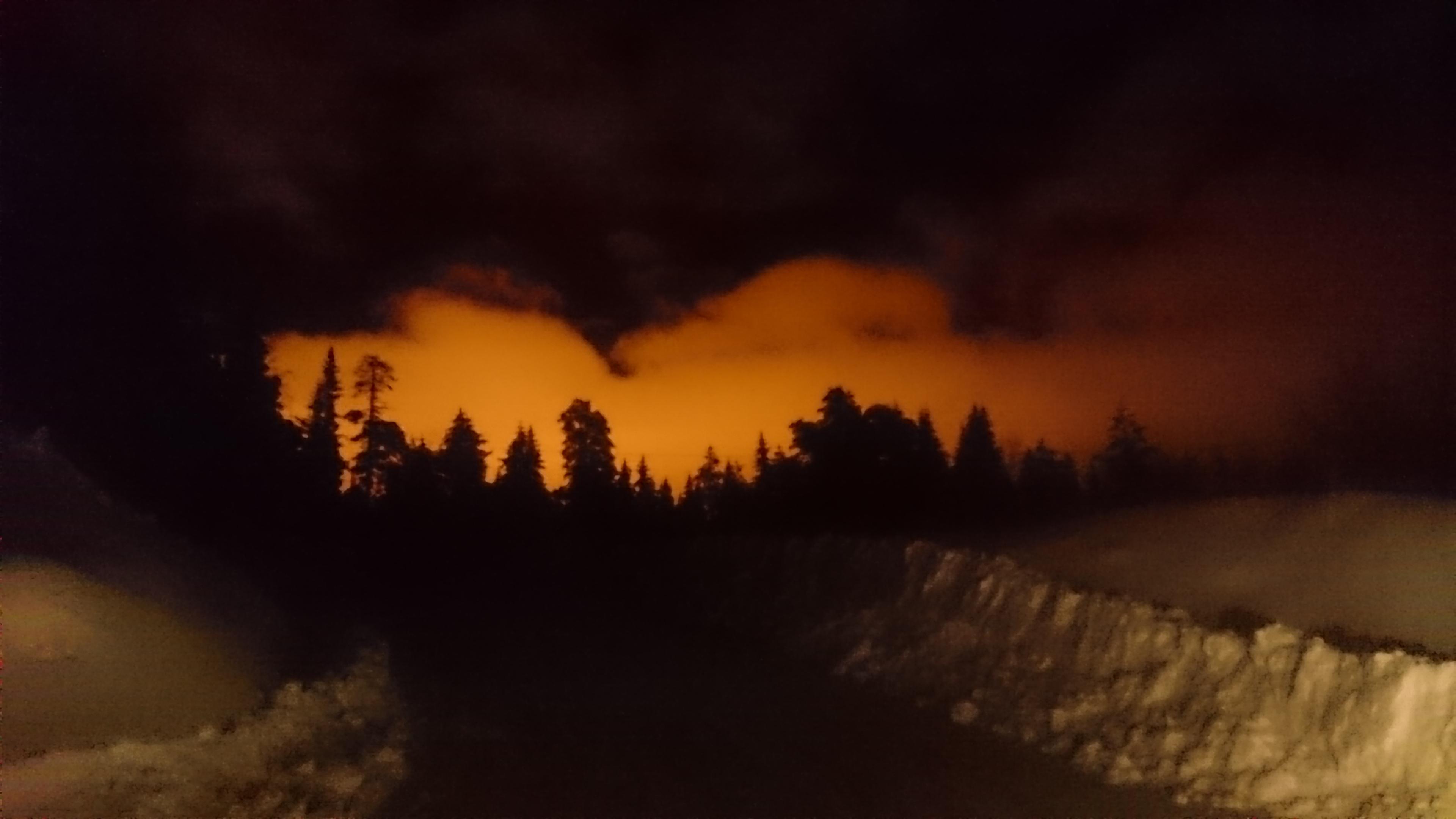 Winter Nachthimmel in Schweden leuchtet orange