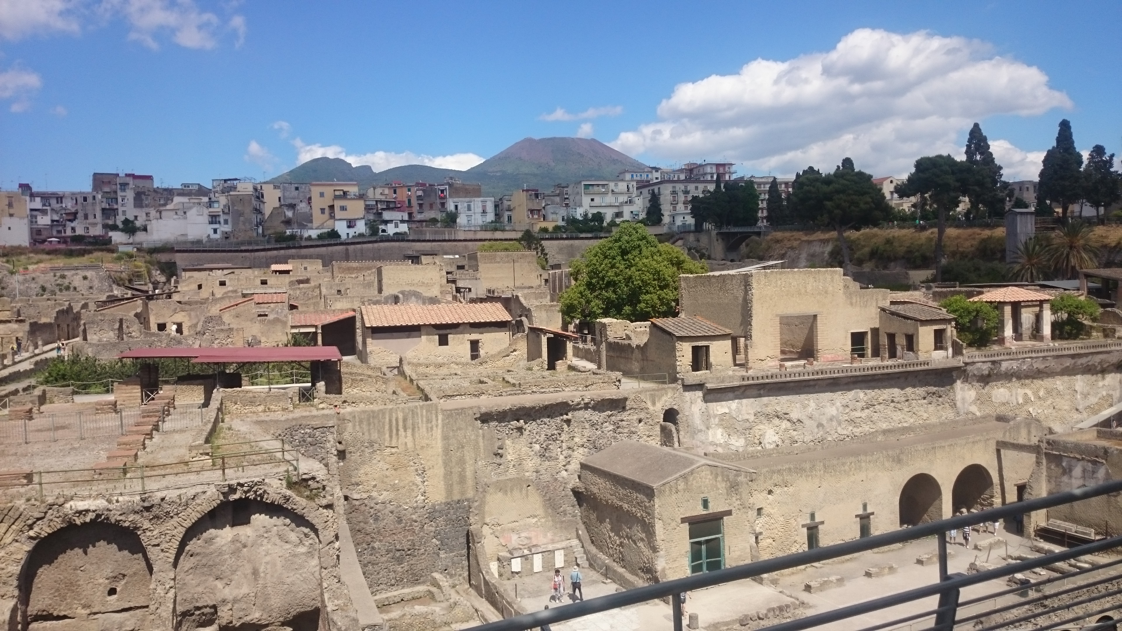 Blick über Herculaneum mit Vesuv