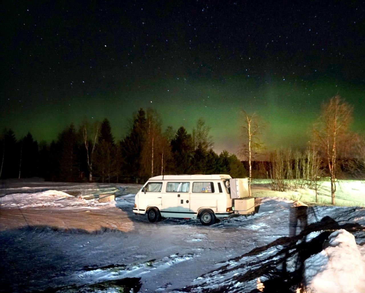 Polarlichter mit VW T3 im Vordergrund