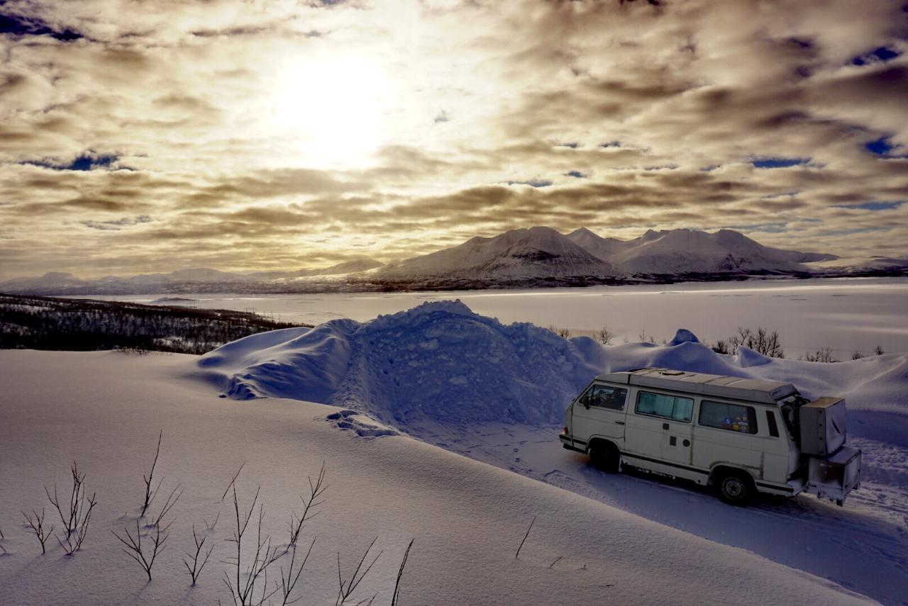T3 im Winter mit vielen Wolken in Lappland