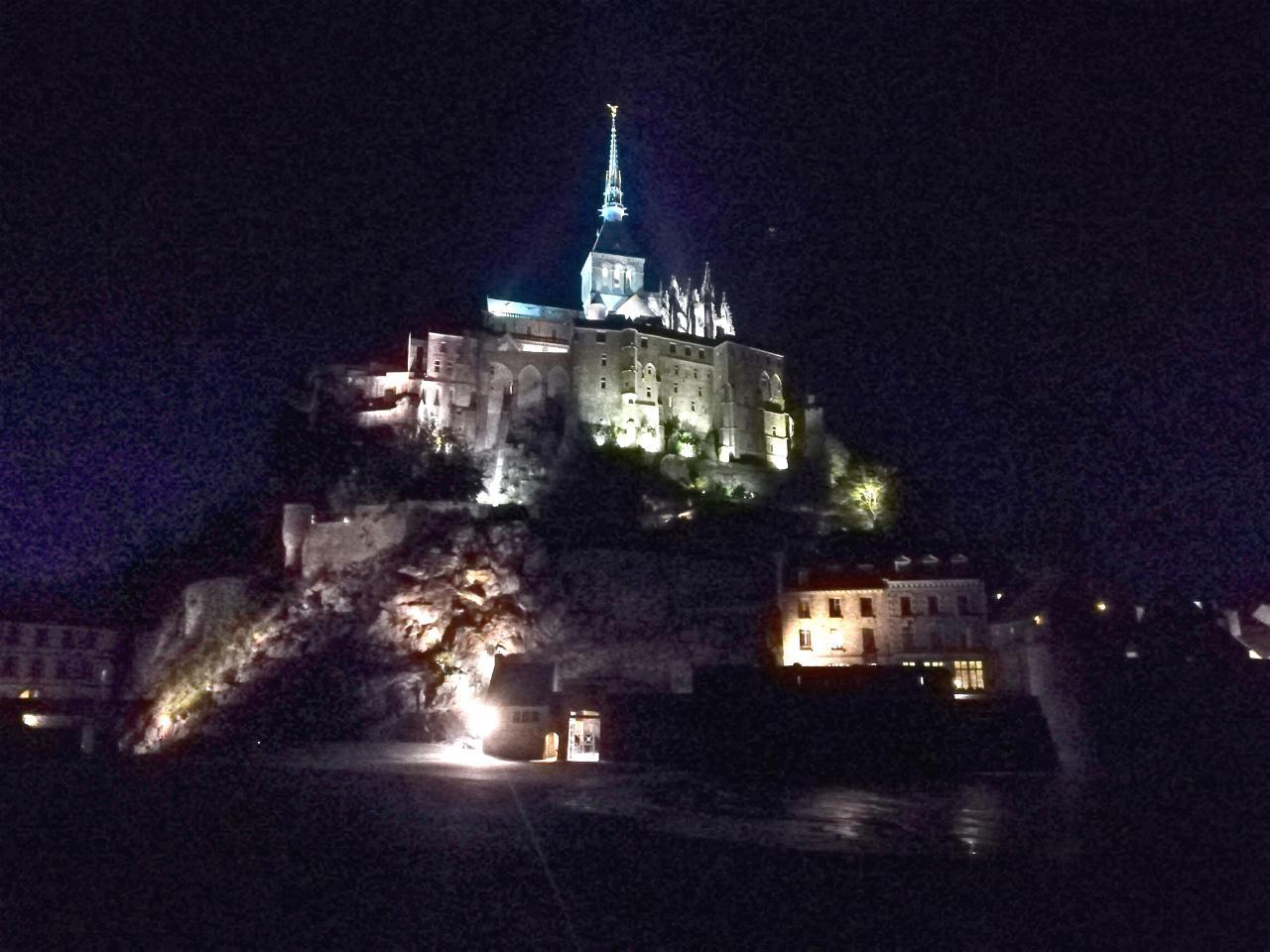 Le Mont Saint Michel nachts beleuchtet