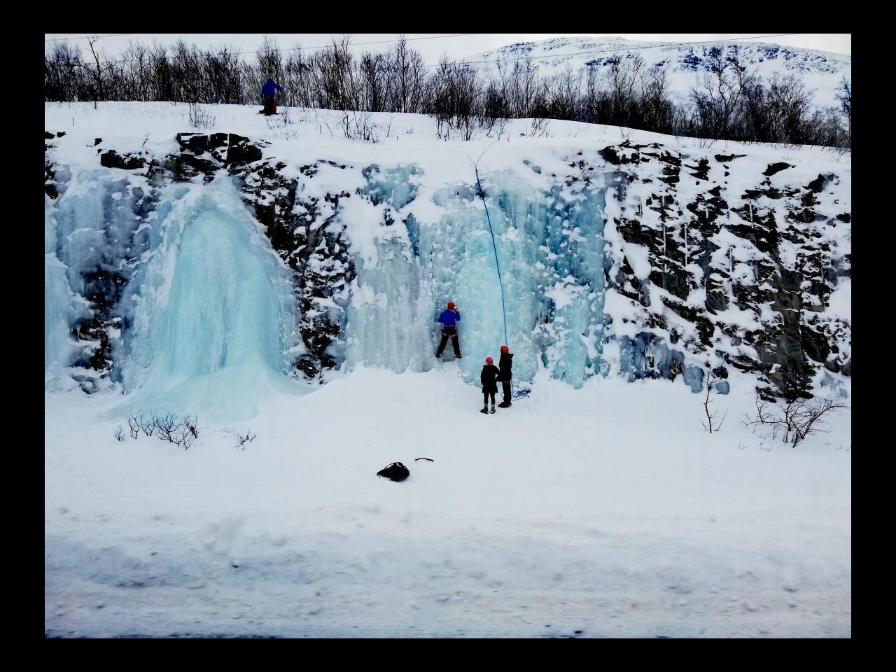 Eisklettern am Wasserfall in Abisko