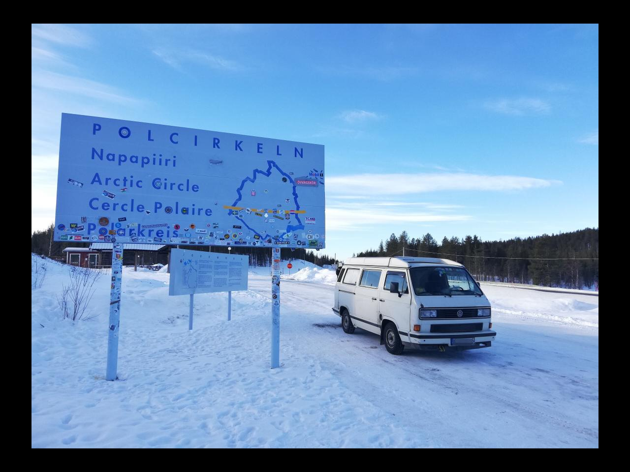 Polarkreis im Winter in Lappland mit VW T3