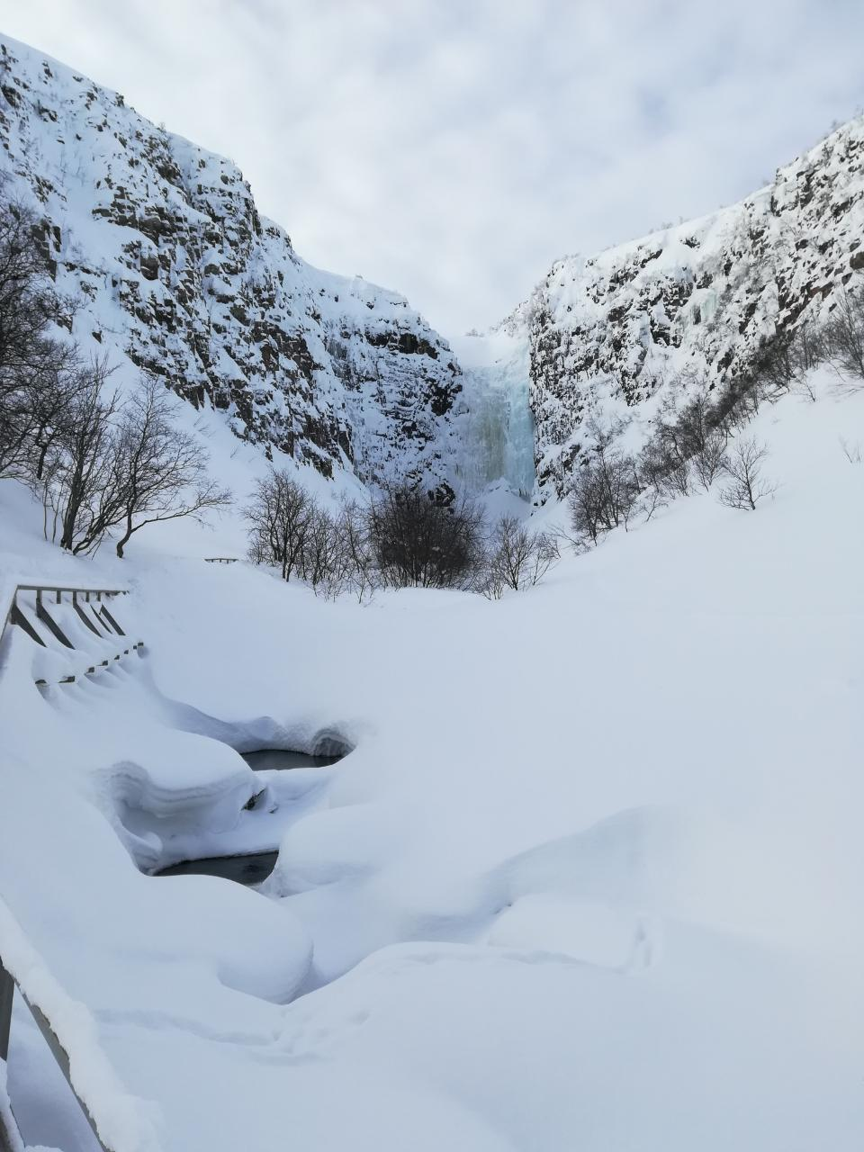 Njupeskär Wasserfall im Winter