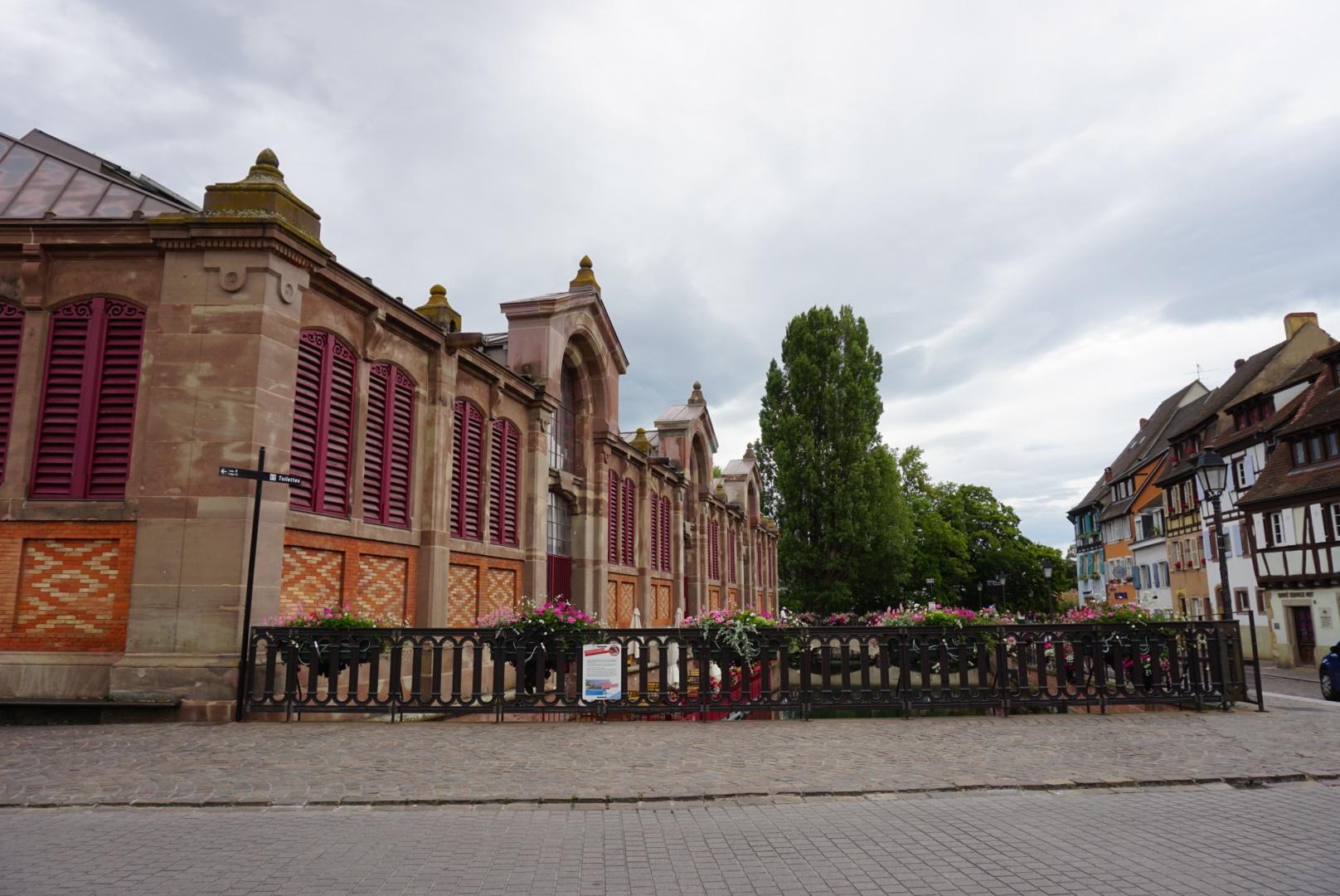 Die Markthalle von Colmar. Marche Couvert in derRue des Écoles
