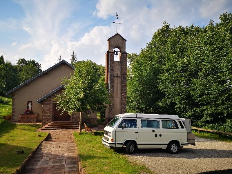 Parkplatz vor der Kapelle Saint Leon Walscheid