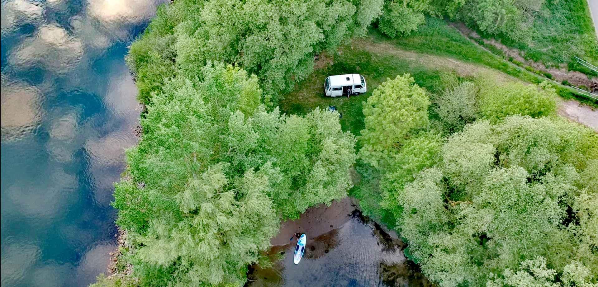 SUP und VW Bus am Fluss